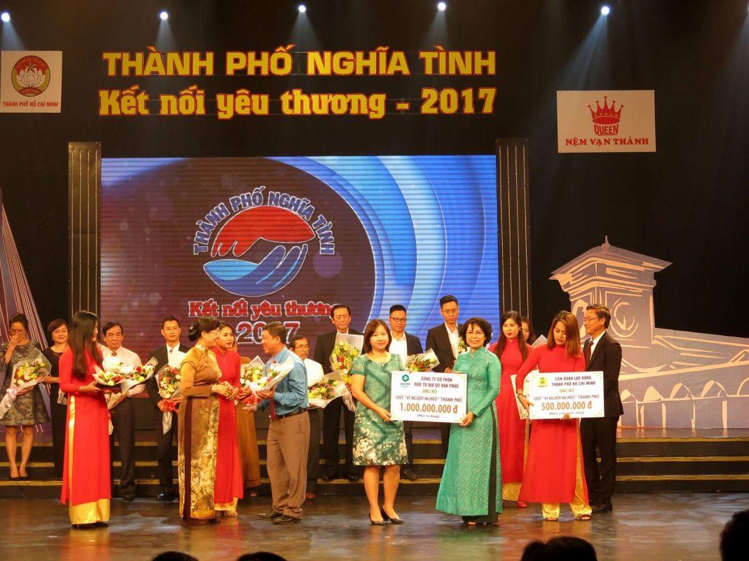 """Tối 26/11, tại Nhà hát Đài Truyền hình TPHCM, Công ty CP Đầu tư Địa ốc Vạn Phúc đã tham dự và trao tặng 1 tỷ đồng cho chương trình Chương trình nghệ thuật """"Thành phố nghĩa tình – Kết nối yêu thương"""" 2017 – lần 17 do Ủy ban MTTQ Việt Nam TPHCM phối hợp với Đài Truyền hình TPHCM tổ chức."""